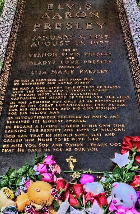 Elvis Presleys Grave - Graceland